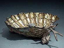 Anbietschale in Muschelform mit aufgesetzten Wasserschnecken