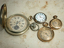 Konvolut von einer großen, einer mittelgroßen und zwei kleineren Taschenuhren