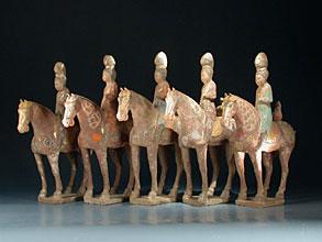 Äußerst ungewöhnliche und seltene Gruppe von fünf Pferden mit Reiterinnen