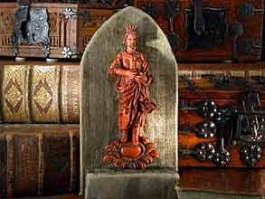 Schnitzfigur in rotem Speckstein.