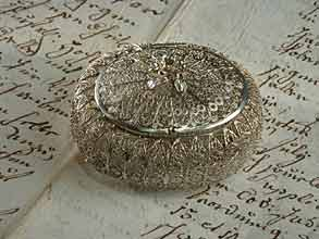 Kleines ovales Döschen in Silberfiligranarbeit