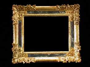 Holzgeschnitzter, gefasster und vergoldeter Rahmen mit Spiegeleinlagen.