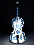 In Fayence gefertige Violine