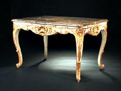 Höfischer, weiß-gold gefaßter Tisch im Rokoko-Stil mit Marmorplatte