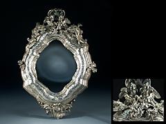 In Silber getriebener Spiegelrahmen