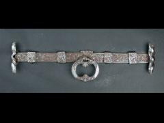Höchst seltener Türriegel in Eisen und Eisenschnitt