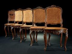 Satz von fünf Rokoko-Stühlen mit Korbgeflecht
