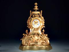Große feuervergoldete Kaminuhr im Stil Louis XV