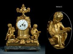 Französische Kaminuhr in Bronze, feuervergoldet, auf grauem Marmorsockel
