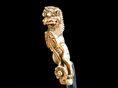 Elfenbein Schnitzfigur eines löwenförmigen Dämons