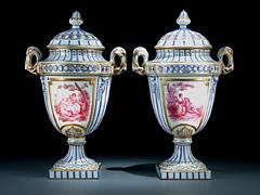 Paar französische Porzellan-Deckelvasen