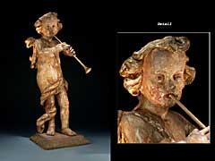 Schnitzfigur eines stehenden Putto mit Fanfare