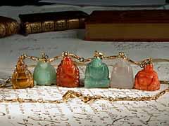 Goldkette mit buddhistischen Amulett-Anhängern