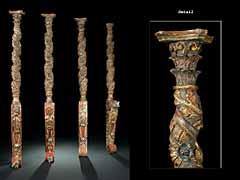 Vier vollrund geschnitzte Baldachin-Säulen, jeweils in sich gedreht.