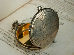 Kleiner silberner Hostienbehälter in runder Amulettform mit Federverschluß