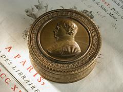 Runde Dose in Bronze
