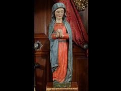 Schnitzfigur einer stehenden Maria