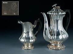 Silberne Teekanne mit Sahnegießer