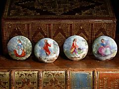 Vier Porzellanknöpfe