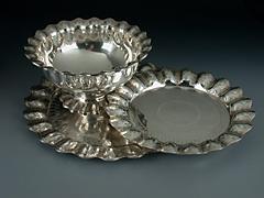 Zwei Silberplatten und eine Schale