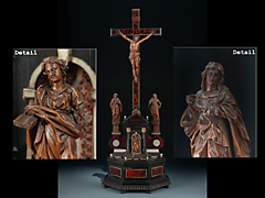 Selten feines Kruzifix mit Assistenzfiguren