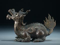 Kleine Bronzestatue eines fauchenden Drachen