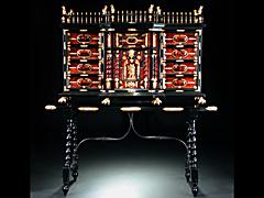 Seltenes Schildpatt-Kabinettmöbel auf Untertisch