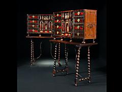 Detail images: Seltenes Paar Kabinettschränke auf Untergestellen