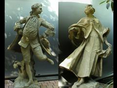 Zwei Gusstein-Skulpturen.