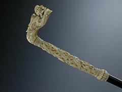 Spazierstock mit Elfenbeingriff mit gehörntem Drachenkopf