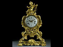 Feuervergoldete Bronzeuhr auf originalem Sockel von L. David, Paris.