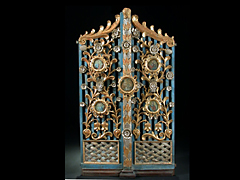 Holzgeschnitztes, gefasstes, teilvergoldetes und teilversilbertes Königsportal.