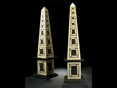 Paar große Obelisken