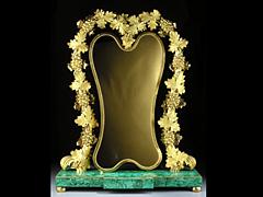 Prächtiger bronzevergoldeter Spiegelrahmen auf Malachit-Sockel aus der russischen Manufaktur Peterhof um 1810.
