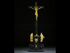Kreuzigungsgruppe mit feuervergoldeten Bronzefiguren.