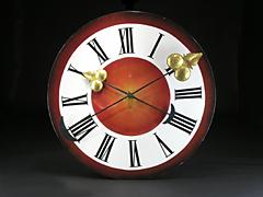Großes Ziffernblatt einer Kirchturmuhr mit Zeiger