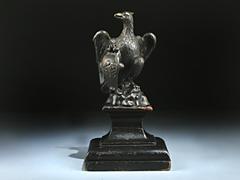 Figur eines wappenhaltenden Adlers in Bronze