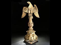 Großer Balusterpfeiler mit bekrönender Adlerfigur