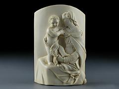 Elfenbeinschnitzrelief einer Madonna mit Kind