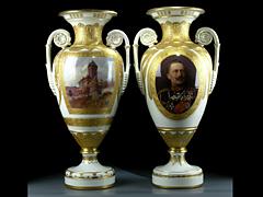 Paar KPM - Schinkel-Prunkvasen mit Kaiserporträt Wilhelm II. und Ansichten von Hohenzollernburgen