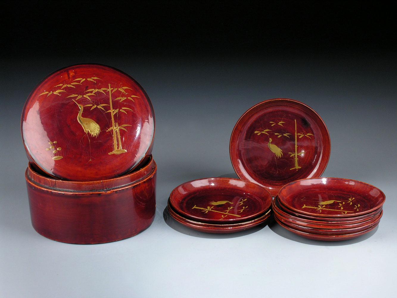 Runde japanische Lackdose mit zehn eingelegten Schalen