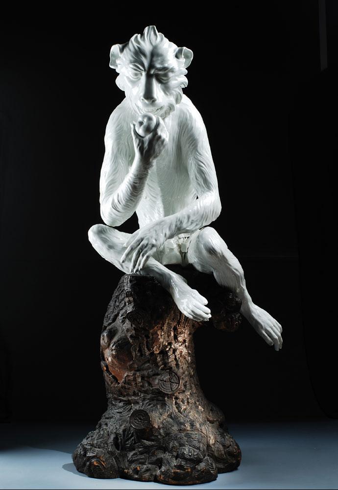 Meißener Porzellanfigur des fressenden Affen nach dem Modell von Johann Gottlieb Kirchner