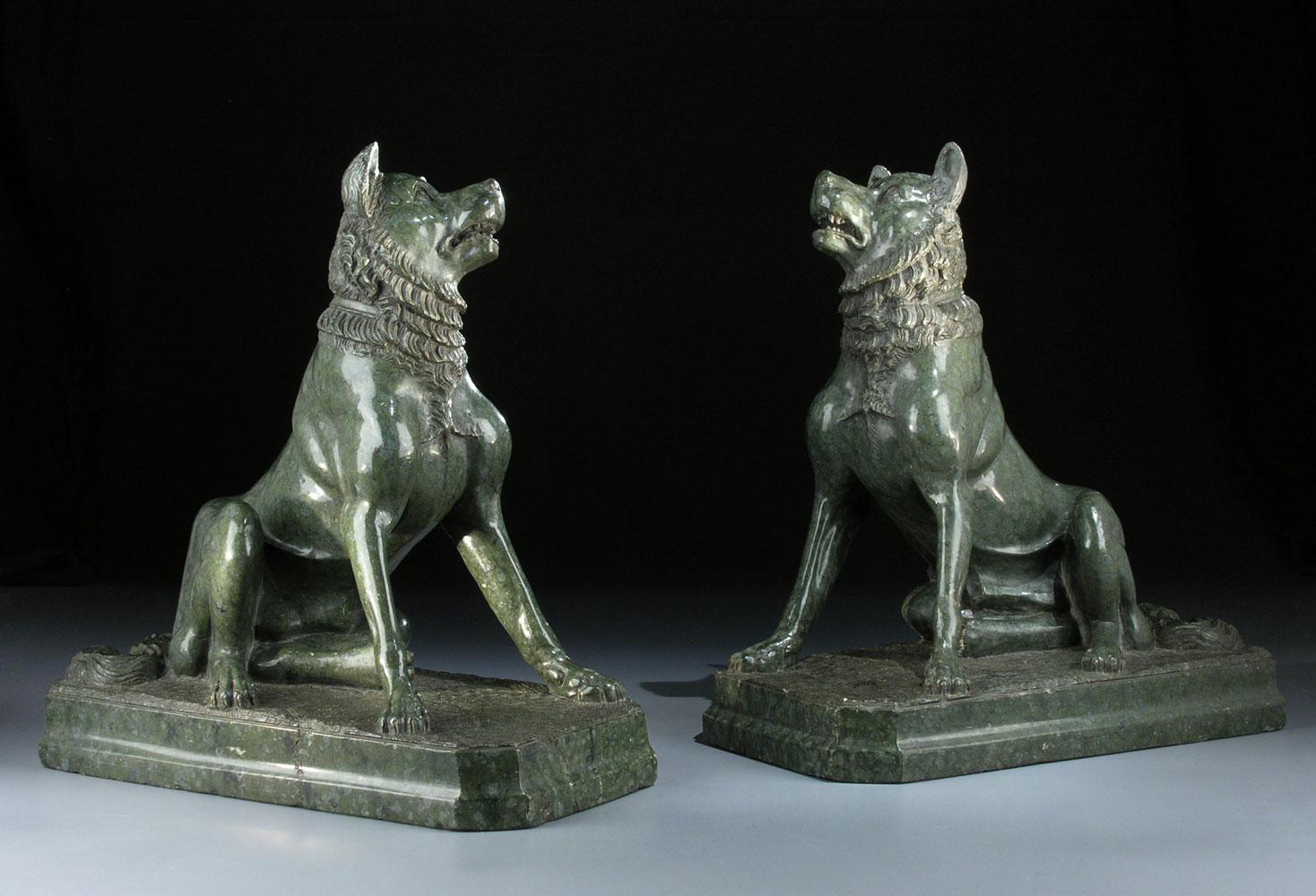 Paar Skulpturen von Hunden aus Serpentinstein