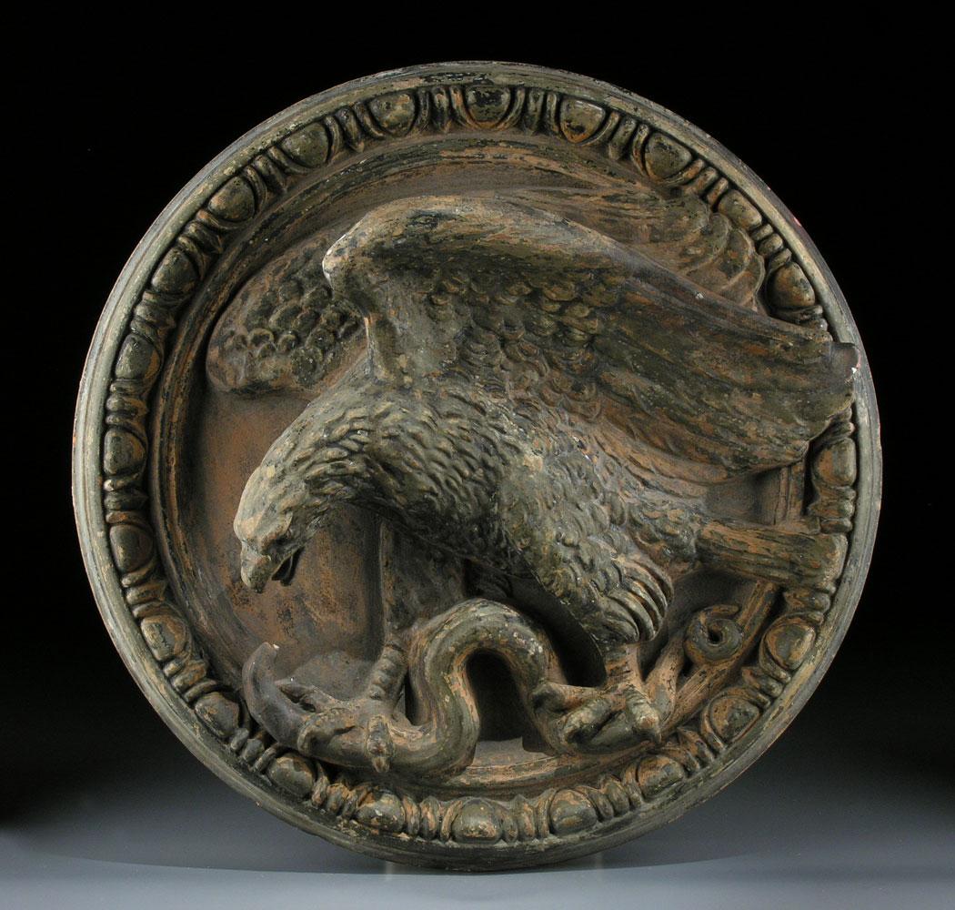 Tonrelief mit Darstellung eines Adlers mit Schlange.