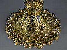 Detail images: Prunkvoll gestalteter Weinkelch in Gold, mit Brillanten, Rubinen, Saphiren und Zuchtperlen besetzt.