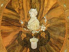 Detailabbildung: Bededutender Josephinischer Aufsatz-Schreibsekretär mit Habsburger Portraitbüsten und Wappen