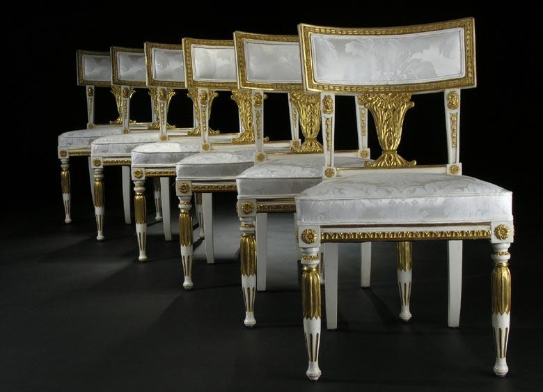 Satz von sechs klassizistischen Stühlen in Weiß und Gold