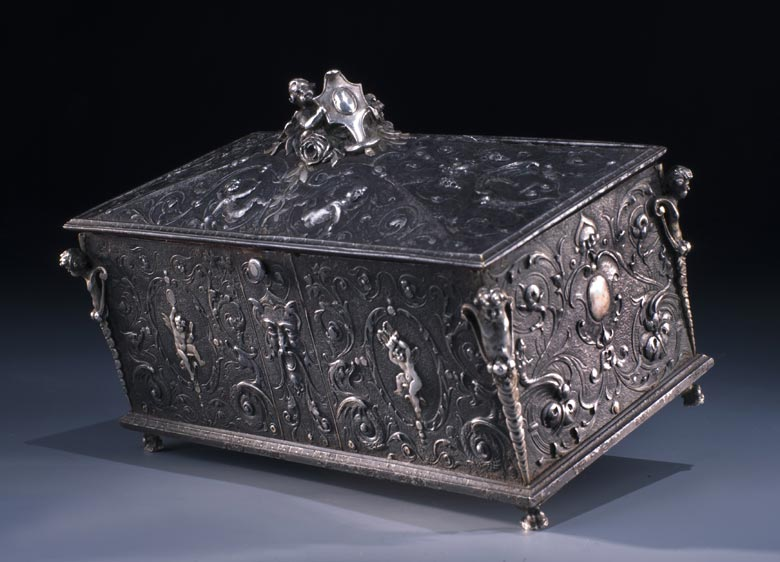 Italienische Eisenschatulle mit Relief in Silbertauschierung
