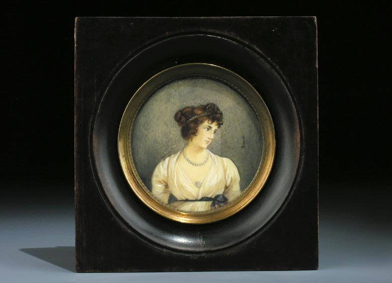 Miniaturportrait einer jungen hübschen Dame mit weißem ausgeschnittenem Kleid, Perlenkette