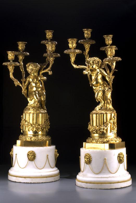 Paar große Kamingirandolen in Marmor und feuervergoldeter Bronze